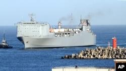 Tàu MV Cape Ray được hộ tống bởi tàu kéo khi cập cảng Gioia Tauro, miền nam nước Ý, ngày 1/7/2014.