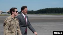 美國國防部長埃斯珀8月7日視察美軍駐日本特種作戰飛行中隊。