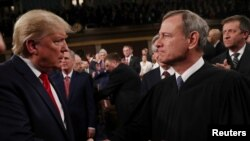 Le président américain Donald Trump (à g.) salue le président de la Cour suprême John Roberts lors d'une session conjointe du Congrès américain au Capitole à Washington, le 4 février 2020. (REUTERS/Leah Millis/POOL)