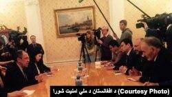 در این تصویر که از سوی شورای امنیت ملی افغانستان نشر شده است، هیأت افغان و روسی در حال گفتگو اند