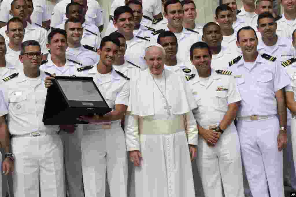 عکس یادگاری پاپ فرانسیس به همراه گروهی از افراد نیروی دریایی برزیل در واتیکان