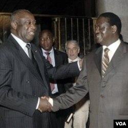 PM Kenya, Raila Odinga (kanan) saat bertemu Laurent Gbagbo di Abidjan, 17 Januari 2011. Odinga sedang mengusahakan pertemuan antara Gbagbo dan Ouattara.