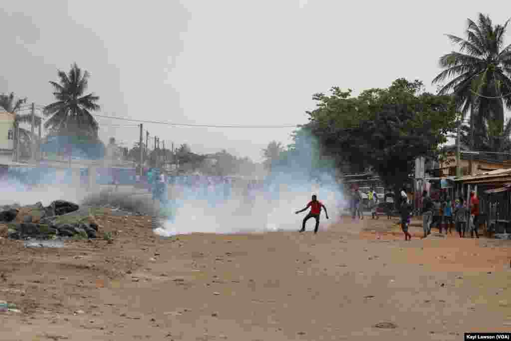 Des manifestations dans les rues de Lomé, au Togo, le 18 octobre 2017. (VOA/Kayi Lawson)