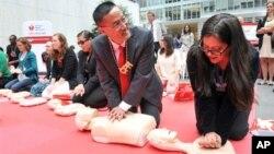 Pertolongan pertama yang berupa melakukan tindakan CPR (cardiopulmonary resuscitation) tidak sulit dipelajari. Banyak organisasi mengajarkan teknik CPR (foto: dok).