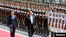 巴基斯坦總理謝里夫7月5日訪問中國期間與李克強於北京人民大會堂前接受歡迎儀式。
