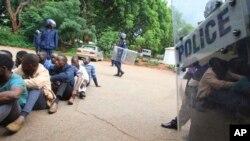 Polícia de guarda depois de algumas pessoas terem sido detidas durante protestos contra o aumento do preço do combustível e que aguardam audiência em tribunal em Harare. 16 Jan., 2019.