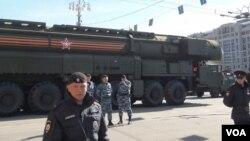 """俄羅斯一直重視核武力量。2015年5月紅場閱兵彩排時莫斯科街頭的新式""""雅爾斯""""戰略導彈。(美國之音白樺拍攝)"""