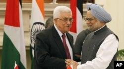 Thủ tướng Ấn Độ Manmohan Singh, phải, bắt tay với Tổng thống Palestine Mahmoud Abbas sau khi các nhà lãnh đạo ký kết thỏa thuận tại New Delhi, Ấn Độ, 11/9/2012
