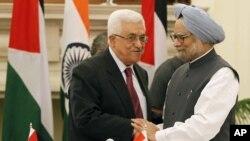 PM India Manmohan Singh (kanan) menerima kunjungan Presiden Palestina Mahmoud Abbas di New Delhi, India (11/9).