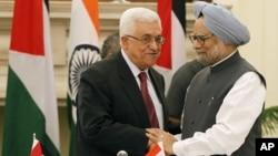 Thủ tướng Ấn Độ Manmohan Singh (phải) bắt tay Tổng thống Palestine Mahmoud Abbas sau khi ký kết các thỏa thuận tại New Delhi, Ấn Độ, 11/9/12