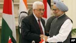 Indian Prime Minister Manmohan Singh, right, shakes hands with Palestinian President Mahmoud Abbas after the leaders signed agreements in New Delhi, India, Sept. 11, 2012.