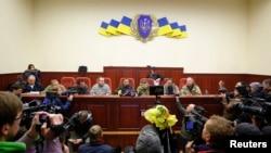 亲俄抗议领导人4月11日在占领的斯洛文斯克政府大楼内举行记者会