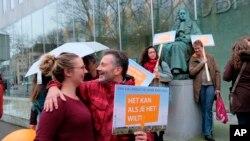 Para aktivis iklim di luar Mahkamah Agung di Den Haag, Belanda, 20 Desember 2019.