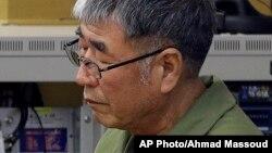 세월호 승무원에 대한 항소심 선고공판이 열린 28일 광주고등법원 법정에서 이준석 선장이 선고가 내려지길 기다리고 있다.