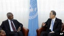 Utusan PBB-Liga Arab untuk perdamaian Suriah, Kofi Annan berbincang dengan Sekjen PBB Ban Ki-moon mengenai perkembangan di Suriah (14/4).