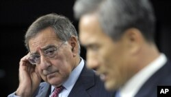 U.S. Defense Secretary Leon Panetta (l) and South Korean Defense Minister Kim Kwanijin during a joint news conference at the Pentagon, Oct. 24, 2012.