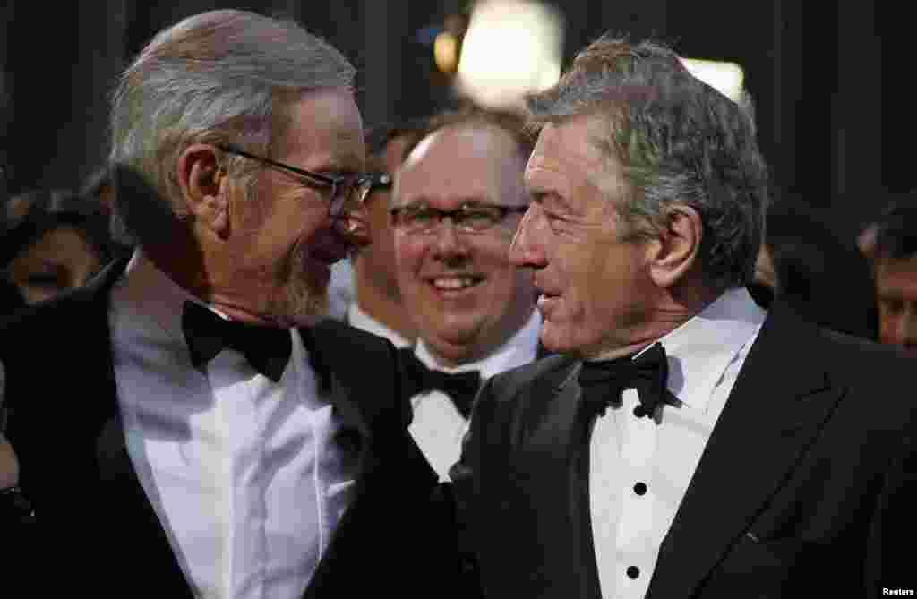 اسیتون اسپیلبرگ و رابرت دنیرو. دنیرو نامزد دریافت اسکار در رشته بهترین بازی نقش مکمل مرد است.