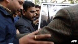 Бывший министр телекоммуникаций Андимут Раджа (в центре) доставлен в суд.