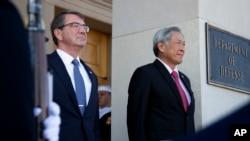 新加坡國防部長黃永宏(右)2015年12月7日訪問美國國防部。左邊是美國國防部長卡特(資料照片)