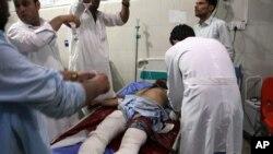 Seorang pria sedang dirawat setelah ledakan bom bunuh diri dan sejumlah serangan oleh pria bersenjata di Jalalabad, timur Kota Kabul, Afghanistan, 2 Agustus 2020.