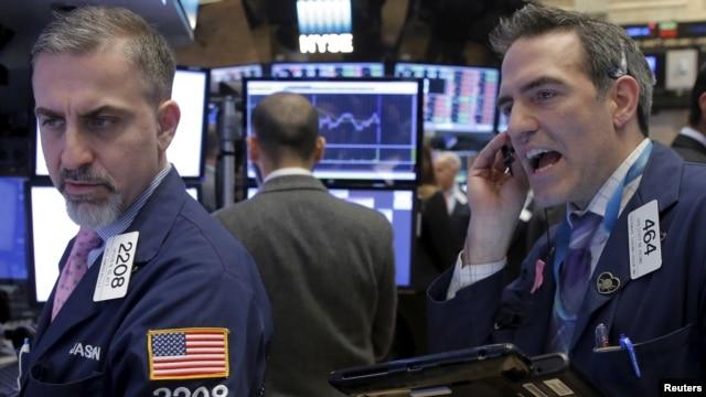 Traders work on the floor of the New York Stock Exchange, Feb. 19, 2016.