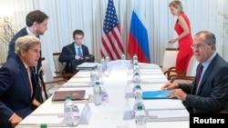 Menlu AS John Kerry (kiri) dan Menlu Rusia Sergei Lavrov memulai pembicaraan soal Suriah di Jenewa, Swiss, hari Jumat (26/8).