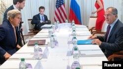Menlu AS John Kerry (kiri) saat bertemu Menlu Rusia Sergei Lavrov di Jeneva, Swiss 26 Agustus lalu (foto: dok). Kedua Menlu akan kembali bertemu di Jenewa hari Jumat 9/9 untuk mengupayakan lagi gencatan senjata di Suriah.