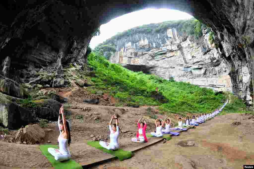 Yogaseverler, Çin'deki Yuegan Mağarası'nda yoga için buluşmuş