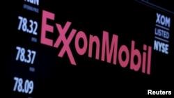 Le logo de Exxon Mobil est montré sur un écran à New York, le 30 décembre 2015.