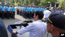 로드리고 두테르테(가운데) 필리핀 대통령이 지난 9일 부패· 비위 혐의 경찰관들을 말라카낭 대통령궁으로 불러 훈시하고 있다.