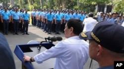 Presiden Filipina Rodrigo Duterte memarahi polisi-polisi yang melakukan kesalahan dalam audiensi di Istana Malacanang di Manila (9/2). (Foto: Divisi Fotografer Kepresidenan/AP)