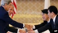 Menteri Luar Negeri AS John Kerry (kiri), Menteri Pertahanan AS Chuck Hagel (kedua dari kiri), Menteri Pertahanan Jepang Itsunori Onodera (kedua dari kanan) dan Menteri Luar Negeri Jepang Fumio Kishida bersalaman pada pertemuan di Tokyo. (AP/Koji Sasahara)