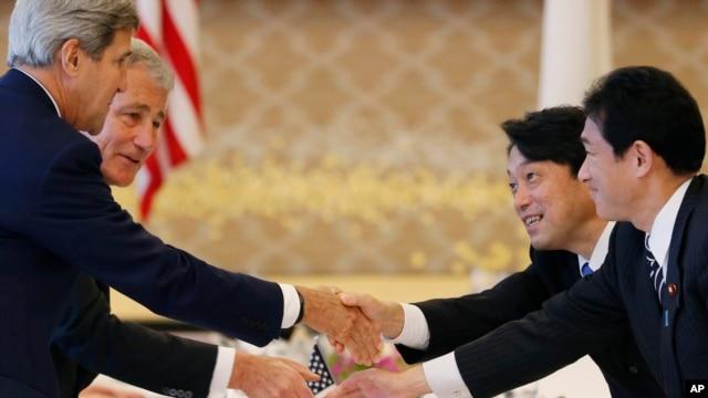 美国国防部长哈格尔(左后)与国务卿克里(左前)和日本防卫大臣小野寺五典(右后)与外务大臣岸田文雄(右前)在东京开始美日2+2会谈之前握手。(2013年10月3日)