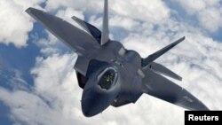 Los cazas estadounidenses F-22 Raptor,, como el de la foto, desplegaron bengalas para convencer a los Su-25 rusos de abandonar el área.