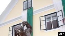 Статуя Шварцнеггера у его музея