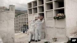 Працівники кладовища у Бразилії ховають померлих від коронавірусу
