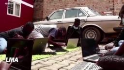 Une mère ougandaise lance un club de programmation informatique