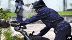 Un partisan de l'opposition sous le contrôle de la police à Kinshasa, le 8 décembre 2011