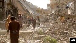 시리아 락까 주민들이 폭격으로 파괴된 건물을 살피고 있다. 지난 3월 ISIL 선전매체가 공개한 동영상 속 장면이다.