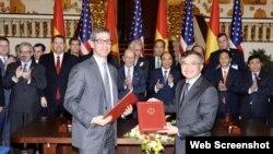 Thủ tướng Nguyễn Xuân Phúc và Bộ trưởng Wilbur Ross chứng kiến một lễ ký kết ở Hà Nội, ngày 08/11/2019. Photo US Embassy Hanoi.