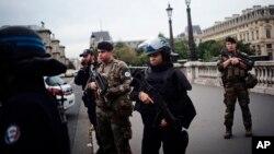 Policija i vojnici u centru Pariza posle napada, 3. oktobar 2019.