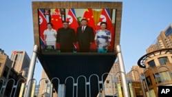 北京街頭電視屏幕播放的中國國家主席習近平夫婦在人民大會堂為金正恩夫婦舉行的歡迎儀式。