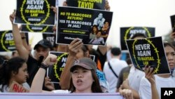 필리핀 독재자 페르디난드 마르코스 전 대통령이 계엄령을 선포한 지 45주년을 맞은 21일 마닐라에서 대규모 반정부 시위가 열렸다.