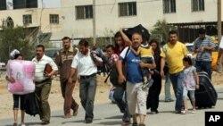 غزہ کی جنوبی پٹی سے فلسطینی، رفاہ میں کھولی گئی مصری سرحد کی طرف جاتے ہوئے