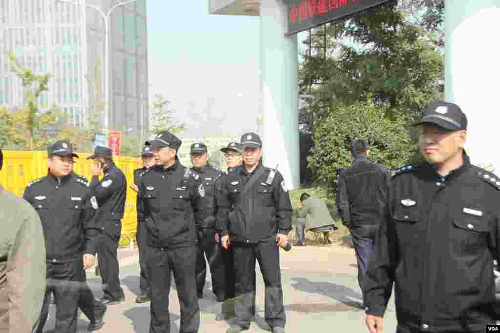 山东高级人民法院外面的警察。