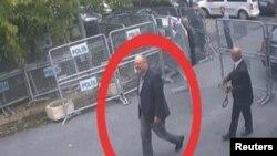 Video của CCTV cho thấy nhà báo Saudi Jamal Khashoggi, (được khoanh đỏ) đến tòa lãnh sự Saudi tại Istanbul, ngày 2/10/2018.