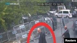 Foto sa a montre jounalis sawoudyen Jamal Khashoggi (nan mitan sèk wouj la) nan moman li t ap rive nan konsila Arabi Sawoudit la nan Istanbul, Peyi Tiki, nan dat 2 oktòb 2018 la.