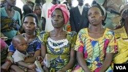 Wanita-wanita korban kekerasan seksual di Kongo. Pasukan penjaga perdamaian PBBB dinilai gagal melindungi warga sipil di daerah terpencil di Kongo.