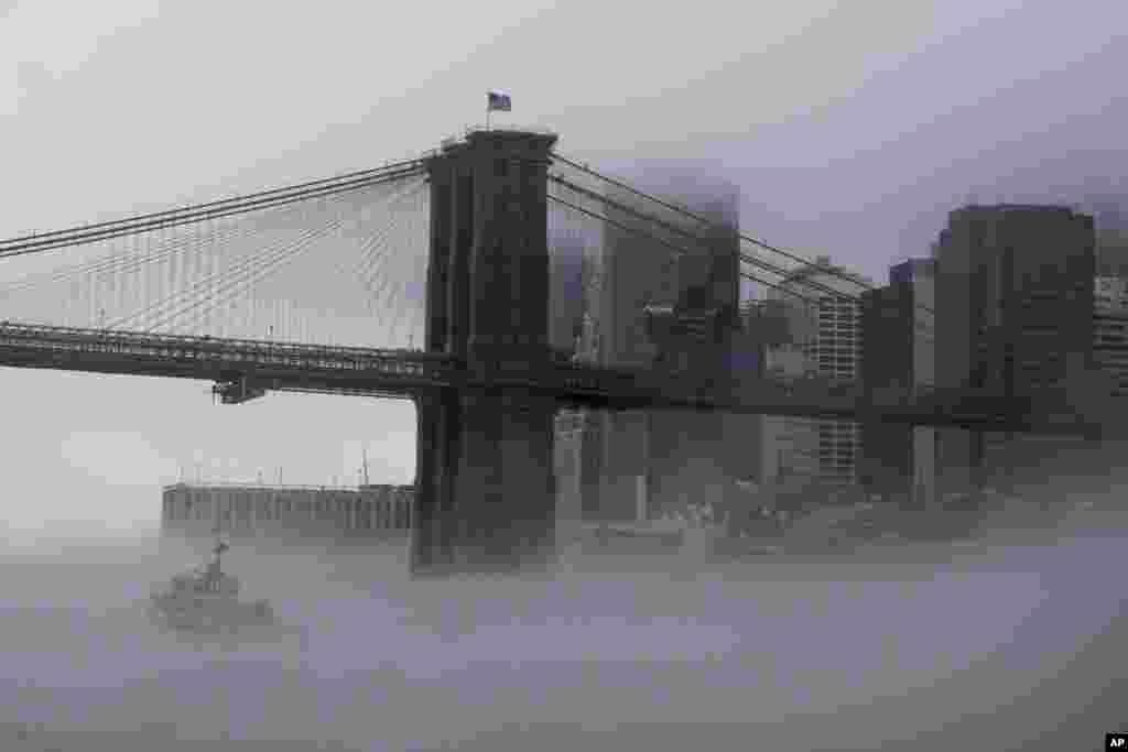 تصویری از پل بروکلین نیویورک در هوای سرد و زمستانی