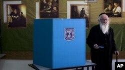 Верующий израильтянин-ортодокс голосует на парламентских выборах в Иерусалиме.